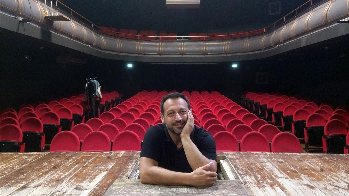 Albert Gràcia, en la caja del apuntador del teatro del Cercle Catòlic de Gràcia.