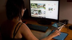 Una usuaria navega a través de Airbnb. Imagen de archivo.