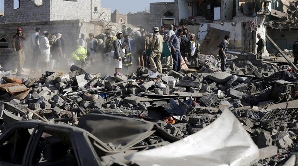 Equipos de rescate y civiles buscan a supervivientes entre los escombros de los bombardeos saudis.