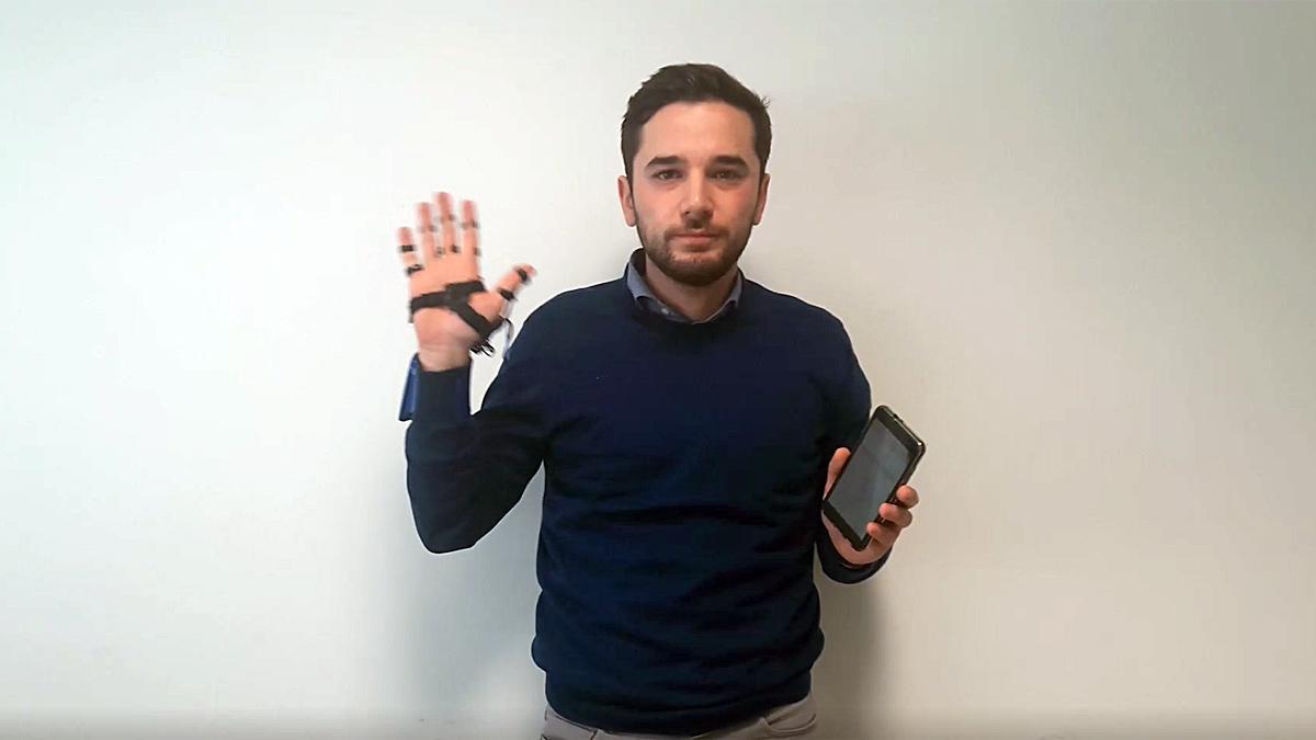 Uno de los inventores del guante saluda a los lectores de EL PERIÓDICO.