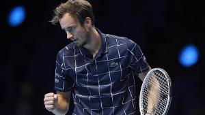 Medvedev celebra un punto en su partido ante Djokovic.