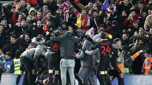La afición del Atlético celebra el gol de la victoria del equipo en Anfield ante el Liverpool.