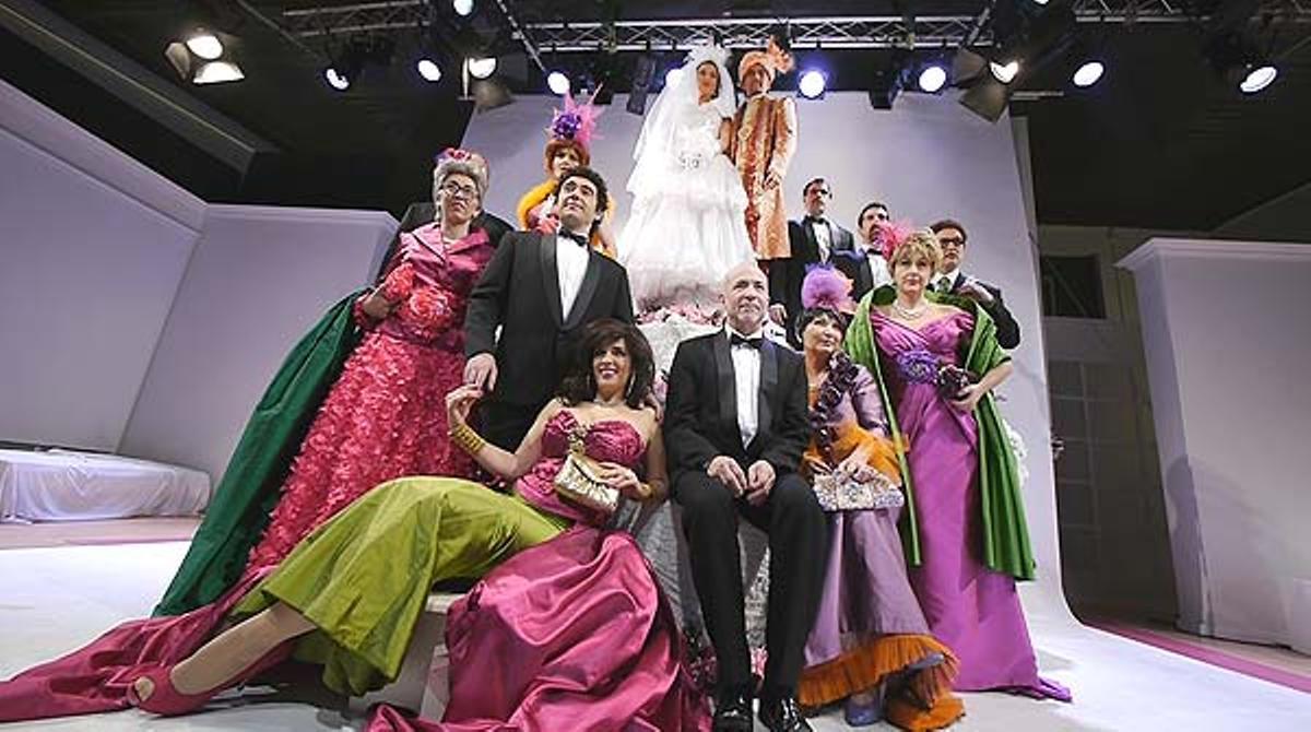 El grupo teatral presenta su espectáculo 'Campanadas de boda'.