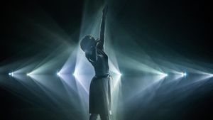 Una bailarina del grupo de danza Eleven Play interactuando con la instalación 'Phosphere' creada porDaito Manabe.