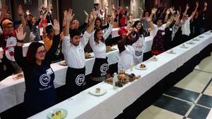 Los aspirantes a concursar en 'Masterchef'obedecen a la señal de fin de la prueba, en una selección de Madrid.