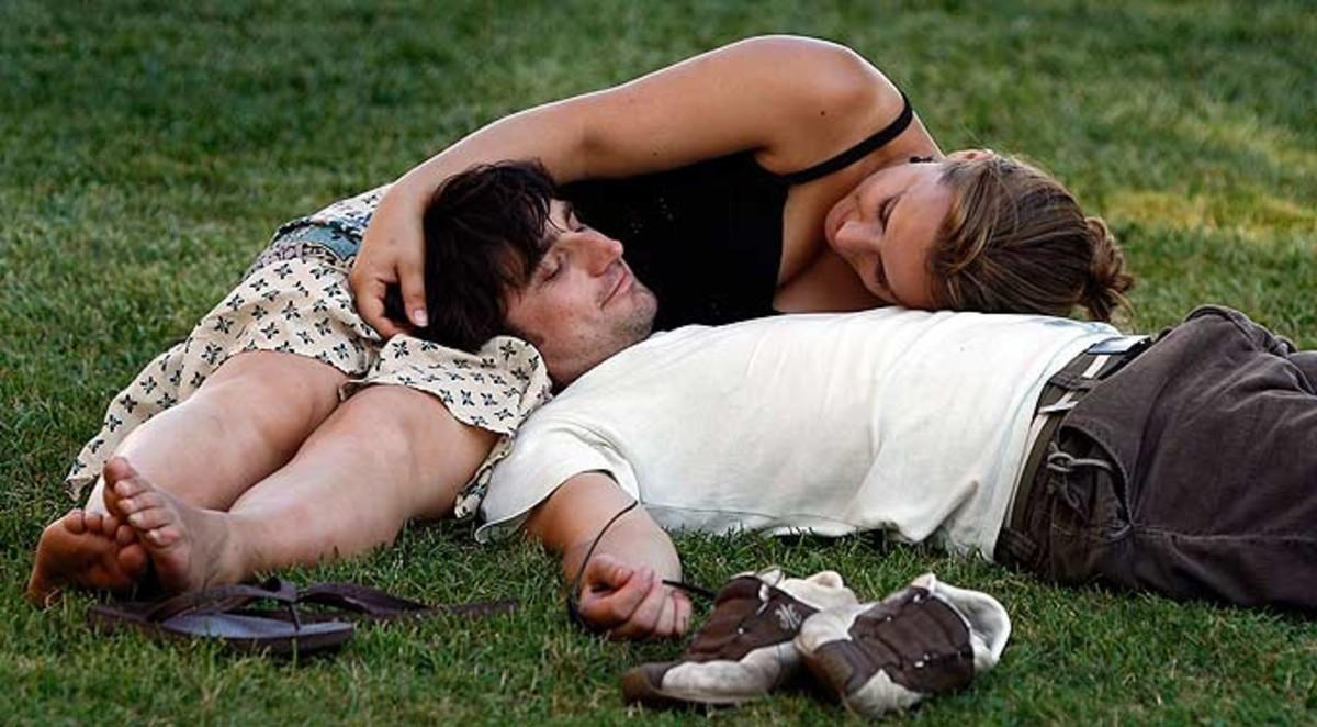 Una pareja, en un parque de Barcelona en primavera.