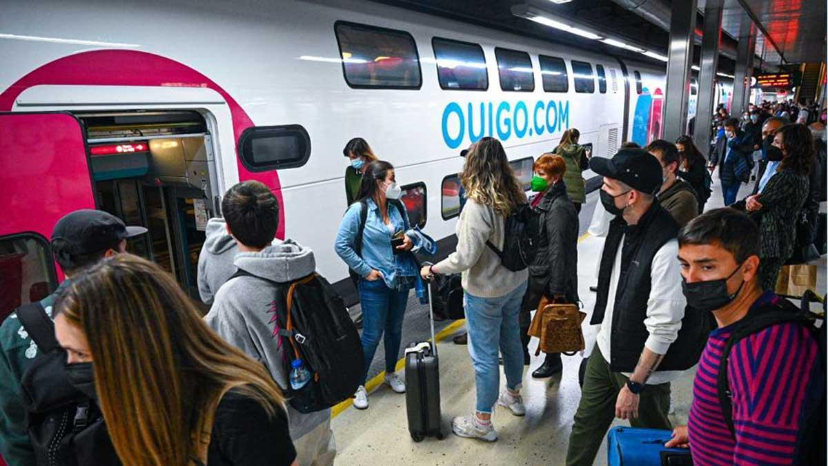 Tren de Ouigo averiado en Sants y que ha provocado retrasos en los servicios ferroviarios de alta velocidad. En la foto, pasajeros esperando para tomar otro tren de la compañía en Sants, tras la avería sufrida por el primer convoy.