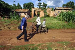 Henning Mankell pasea por Kampala, capital de Uganda, en el 2003.
