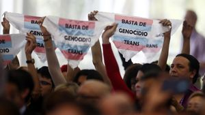 AME6954  MEDELLIN  COLOMBIA   26 06 2019 - Activistas por los derechos de los transexuales protestan durante el dialogo de representantes de las organizaciones de la sociedad civil y otros actores  con jefes de delegacion  secretario general y secretario general adjunto de la organizacion este miercoles  durante la 49 Asamblea General de la OEA  en Medellin  Colombia   La Coalicion de Organizaciones de Derechos Humanos de las Americas expuso este miercoles ante la OEA su  profunda preocupacion  por la situacion en America Latina  la region  mas peligrosa para defender derechos en el mundo   EFE  Luis Eduardo Noriega A