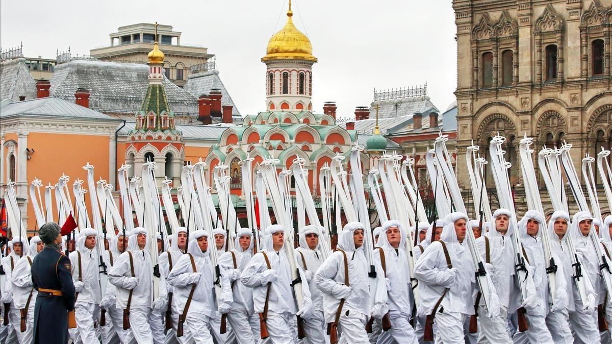 Soldados participan en las celebraciones del centenario de la Revolucion de Octubre en la Plaza Roja.