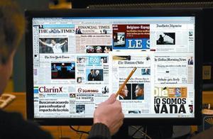 Un usuario consulta en su ordenador las portadas de diferentes periódicos internacionales.