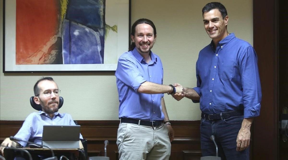 Pablo Iglesias y Pedro Sánchez se saludan al inicio de la reunión de Podemos y el PSOE, este lunes en el Congreso.