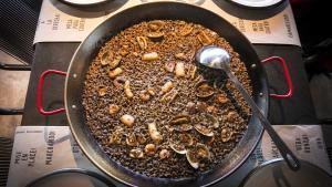 Evaristo Triano, chef del restaurante Pez Vela, enseña cómo hace la receta de arroz de calamares, gambas y almejas.