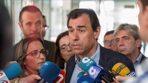 El coordinador general, Fernando Martinez-Mallo,atiende a la prensa antes de un acto con afiliados y simpatizantes del PP en Cartagena (Murcia).