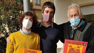Dos miembros del grupo Fetus con Jaume Arnella