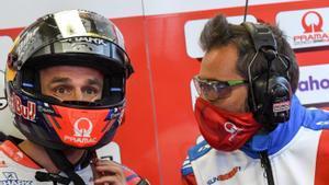 El francés Johann Zarco (Ducati), el mejor hoy en Le Mans, charla con su ingeniero.