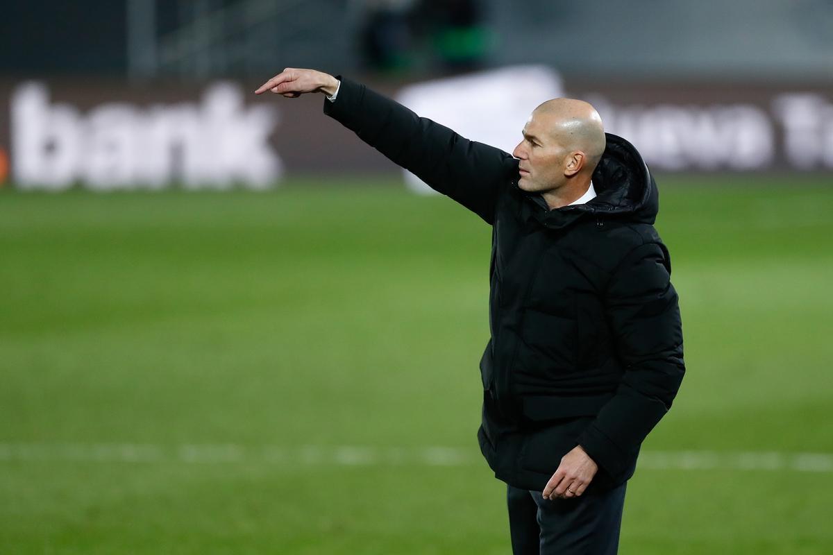Zinedine Zidane da órdenes durante el último partido del Real Madrid.