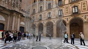 La escultura 'Anna', de hilo de acero, de Jaume Plensa, que hasta noviembre lucirá en el atrio de la basílica de Montserrat.
