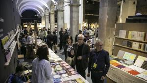 Expositores de la Feria Arts Libris en el Arts Santa Mònica.