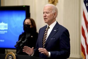 Joe Biden, este viernes, durante una rueda de prensa en la Casa Blanca ante la atenta mirada de Kamala Harris.