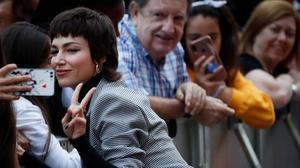 Úrsula Corberó atiende a los fans, esta semana en el Festival de San Sebastián.