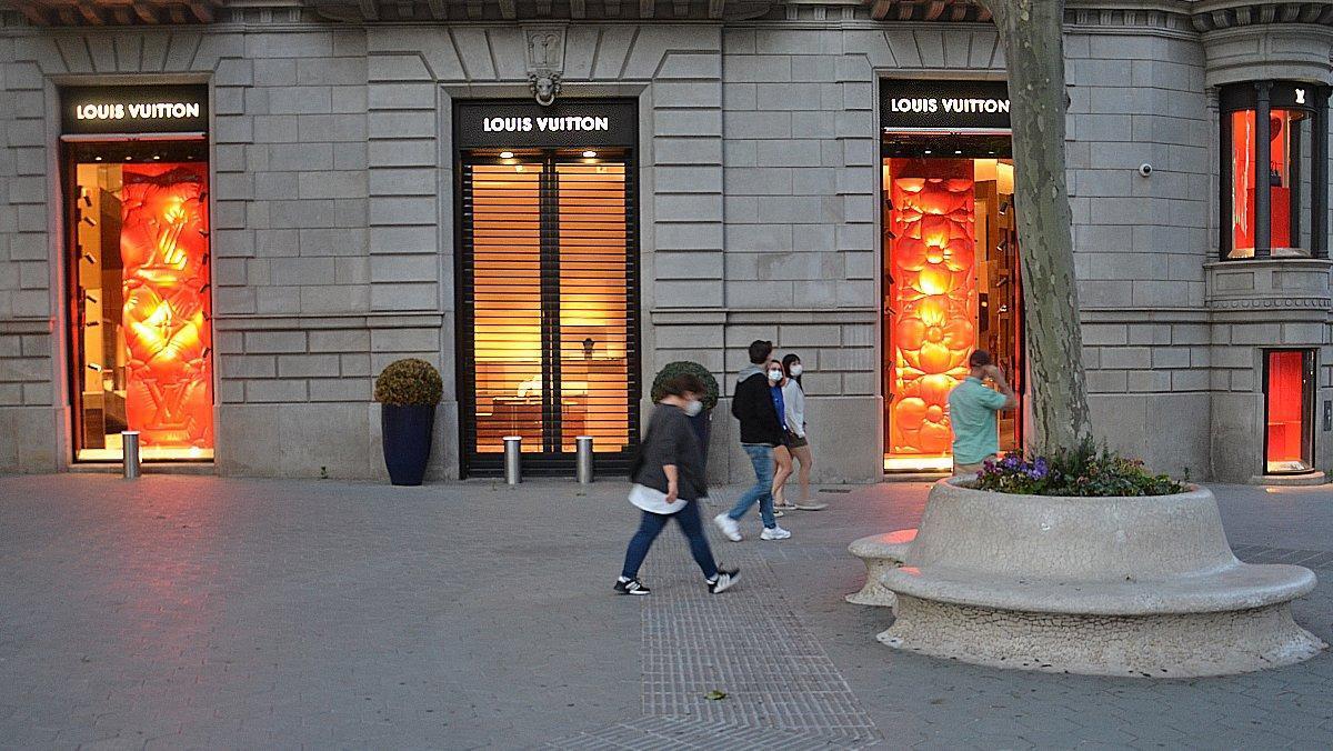 Una tienda de lujo del paseo de Gràcia de Barcelona, cerrada durante el estado de alarma.