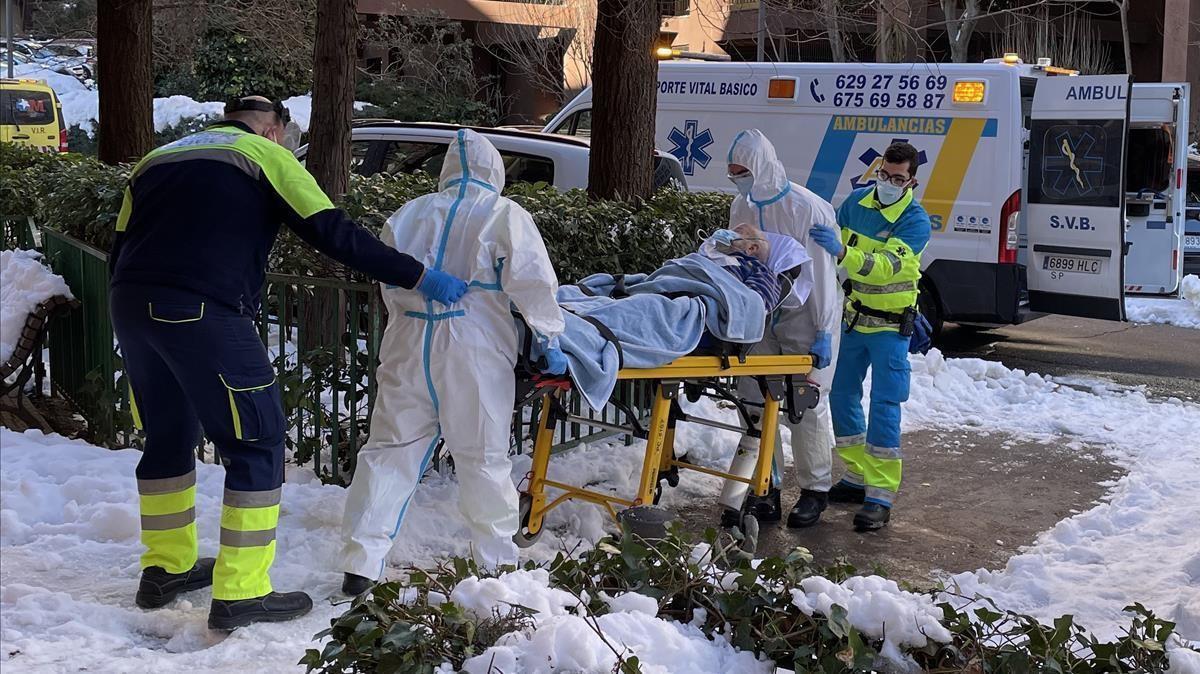 Un equipo del Summa 112 y voluntarios de Protección Civil de Algete , el miércoles, trasladan a un hombre de edad avanzada al Hospital Infanta Sofía de Madrid.