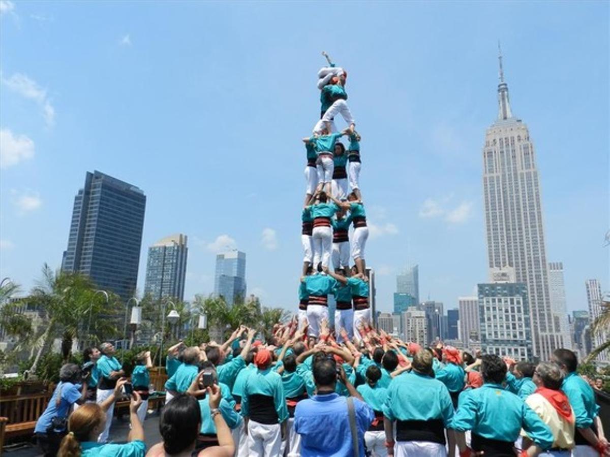 Los Castellers de Vilafranca, en plena actuación en la azotea de un rascacielos de la ciudad de Nueva York.