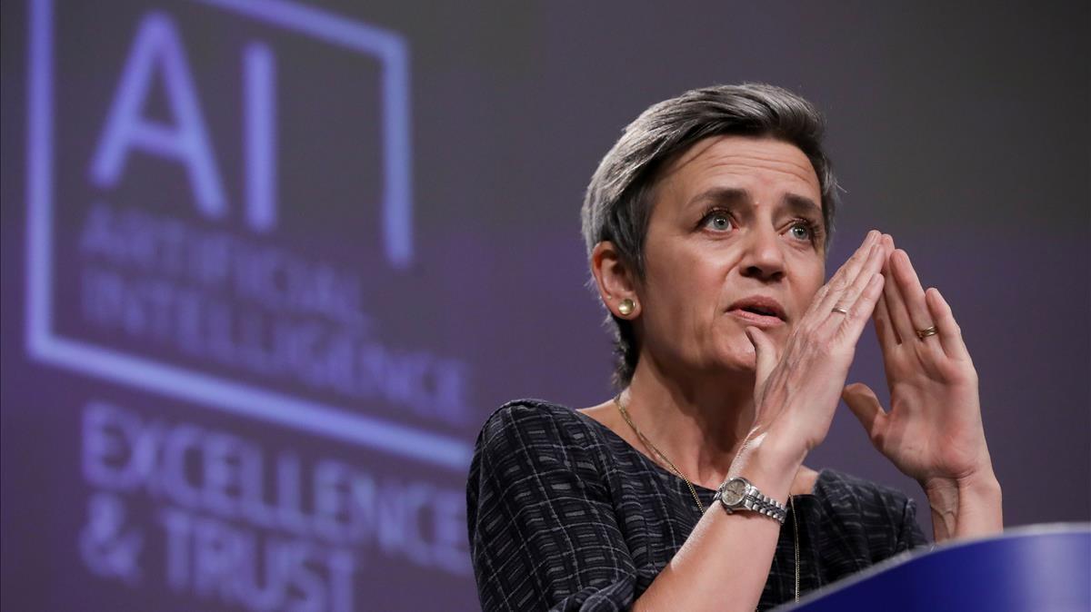 La comisaria Margrethe Vestager expone en Bruselas los límites de la AI.