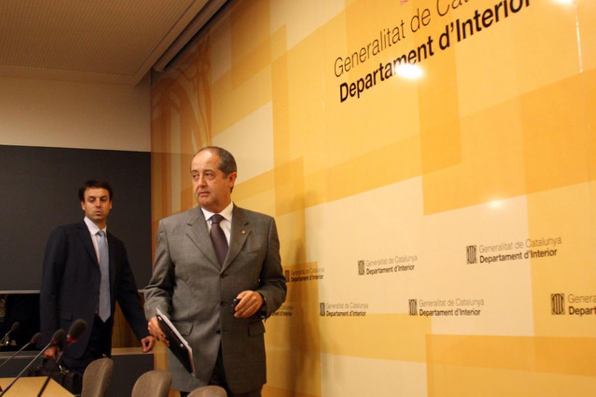 El 'conseller' de Interior, Felip Puig, se dirige a una rueda de prensa, el jueves.