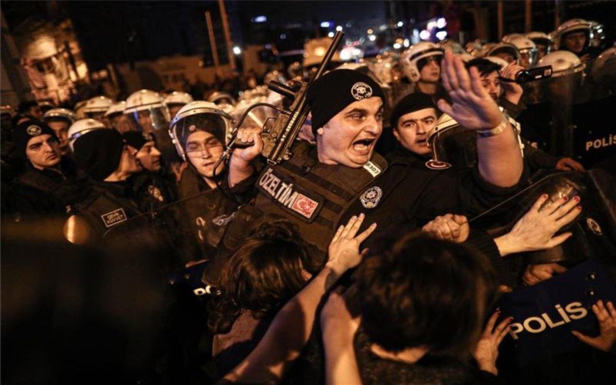 La Policía de Estambul en una marcha del 8-M.