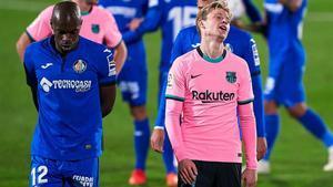 De Jong se lamenta del penalti que cometió sobre Djené en Getafe.