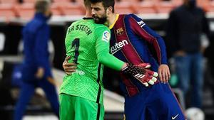 Piqué abraza a Ter Stegen tras el final del partido en Mestalla.