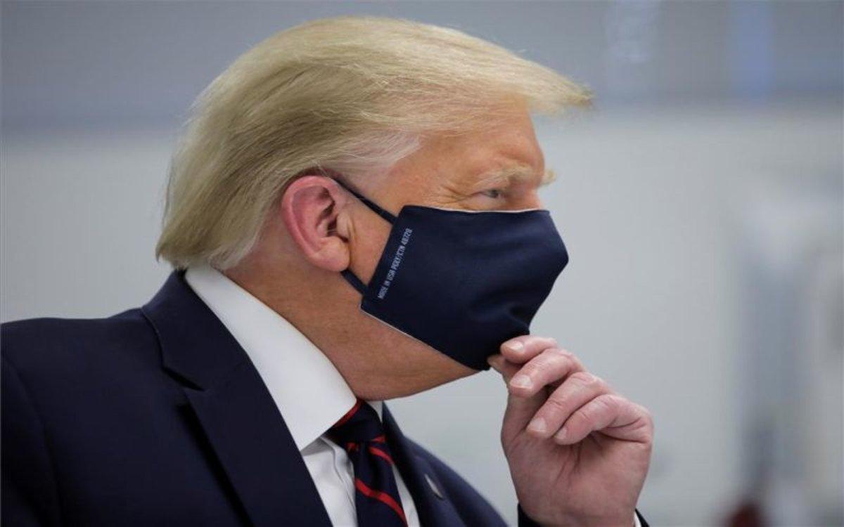 Donald Trump con mascarilla por el coronavirus.