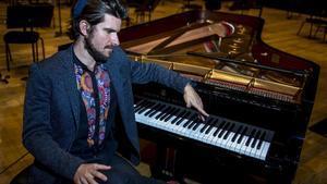 El pianista Marco Mezquida, junto al piano, tras el ensayo en el Auditori.