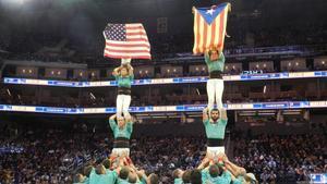 Los Castellers de Vilafranca mostrando una estelada en el Chase Center de San Francisco./ACN