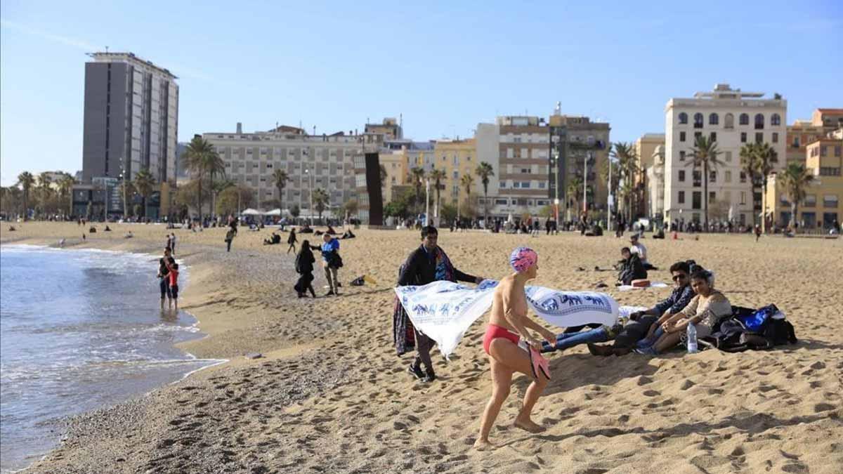 La ola de calor lleva a bañistas a las playas de Barcelona, aún resentidas por el temporal 'Gloria'. En la foto, unos bañistas en Barcelona, en diciembre pasado.