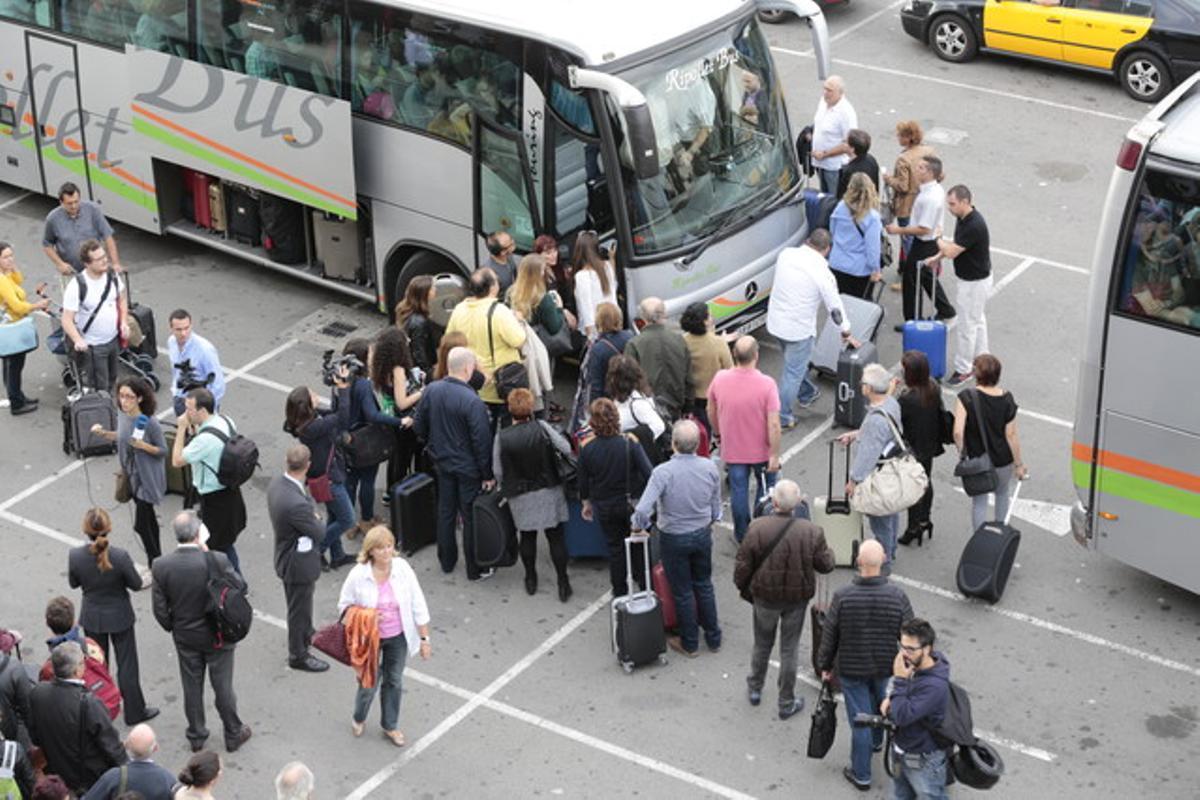 Viajeros a punto de subir a los autocares, en la estación de Sants.