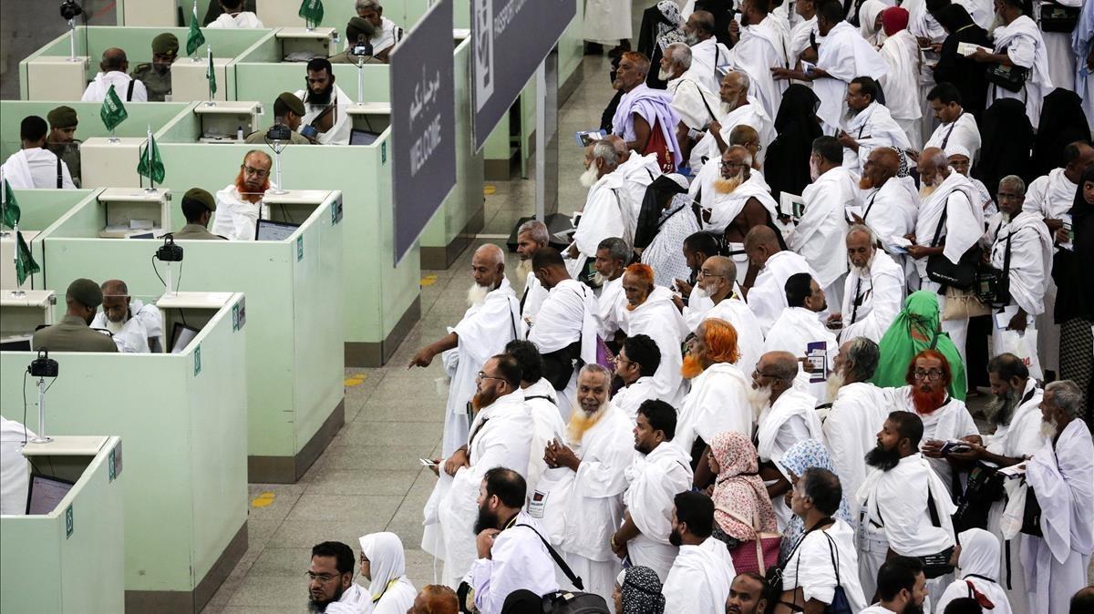 Peregrinos hacen cola en el control de pasaportes tras llegar al aeropuerto de Yeda, en Arabia Saudí.