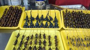 Brochetas de insectos en un mercado chino.