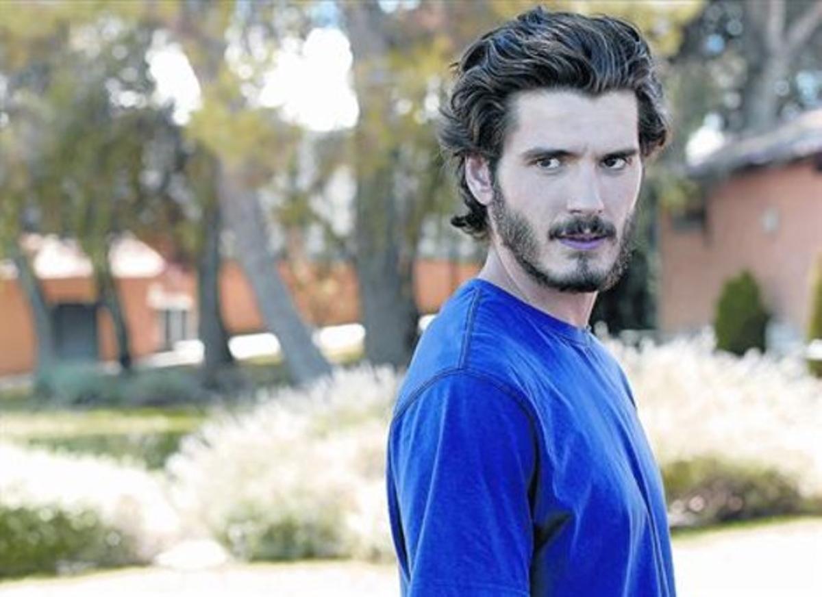 El actor Yon González, en una imagen de la serie 'Bajo sospecha', en la que interpreta a un policía.