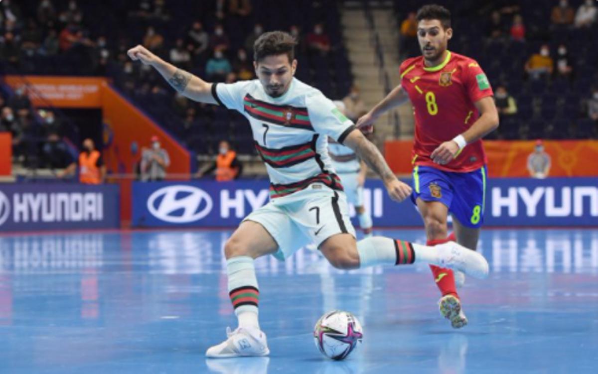 El portugués Erick inicia una contra en el partido contra España del Mundial