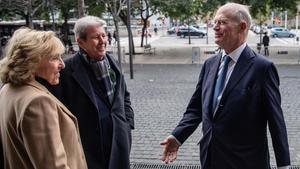 Lali Gubern, Jorge Herralde y el agente literario Andrew Wylie, este martes en la Ciutat de la Justícia.