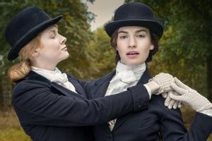 Emily Beecham y Lily James en una imagen promocional de 'A la caza del amor'.