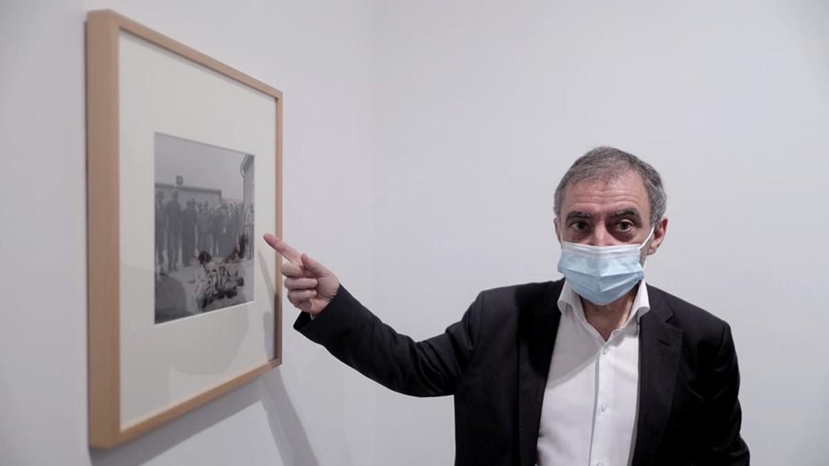 El director del Museo Reina Sofía, Manuel Borja-Villel, señala la obra de Lee Miller expuesta en la presentación del tercer episodio de la Colección: 'Pensamiento Perdido: Autarquía y Exilio'