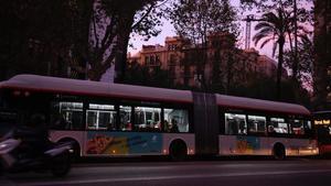 Un autobús por la Diagonal de Barcelona.