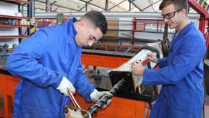 Dos alumnos del Institut Pere Martell en una clase práctica.