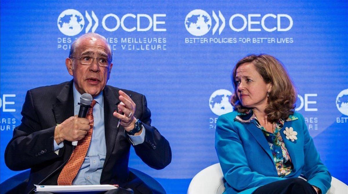 El secretario general de la OCDE, Ángel Gurría, con la vicepresidenta económica, Nadia Calviño, en un encuentro en París en mayo pasado.