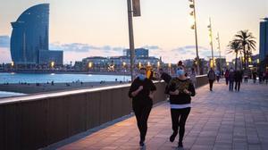 Dos chicas corriendo por el Passeig Marítim.