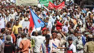 Manifestantes con banderas a las afueras del Palacio Presidencial de Aden.